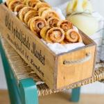 Ventagli di pasta sfoglia con pesto di pomodori secchi, acciughe e scamorza stagionata
