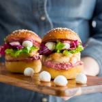 Hamburger gourmet di gamberi, perline di mozzarella e pesto di barbabietola